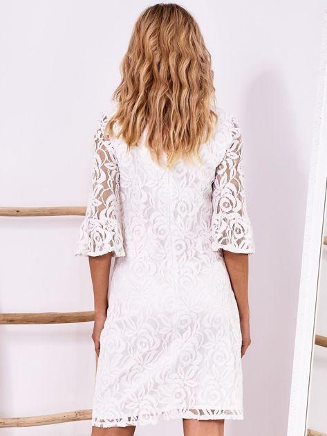 Biała koronkowa sukienka z szerokimi rękawami                              zdj.                              2