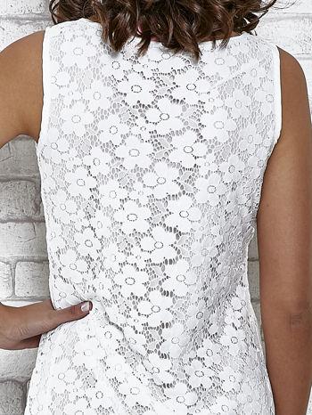 Biała koronkowa sukienka z wiązaniem przy dekolcie                                  zdj.                                  6