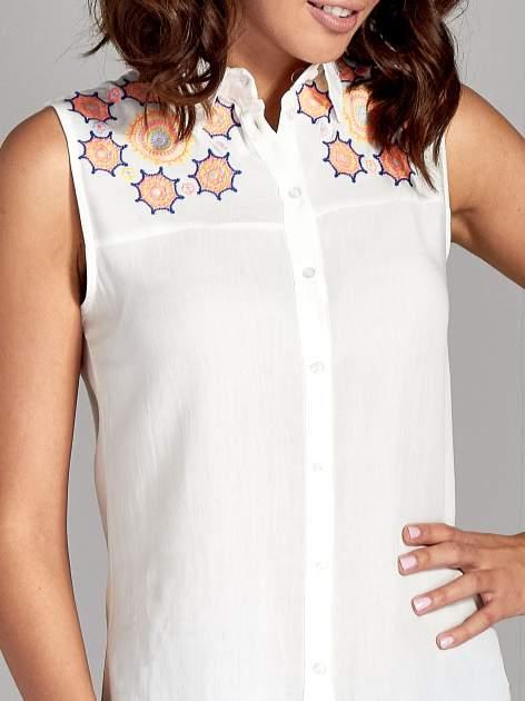 Biała koszula bez rękawów z kolorowym haftem na górze                                  zdj.                                  5