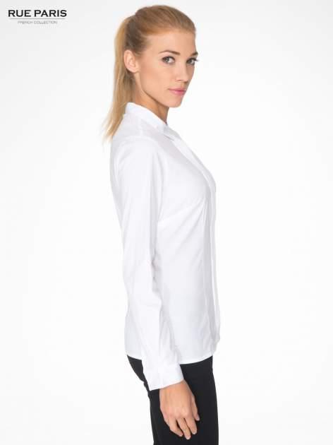 Biała koszula damska z ozdobną listwą                                  zdj.                                  3