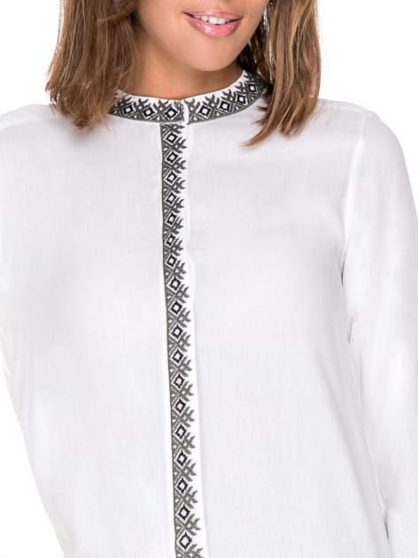 Biała koszula w stylu boho ze wzorzystą listwą i kołnierzykiem                                  zdj.                                  7