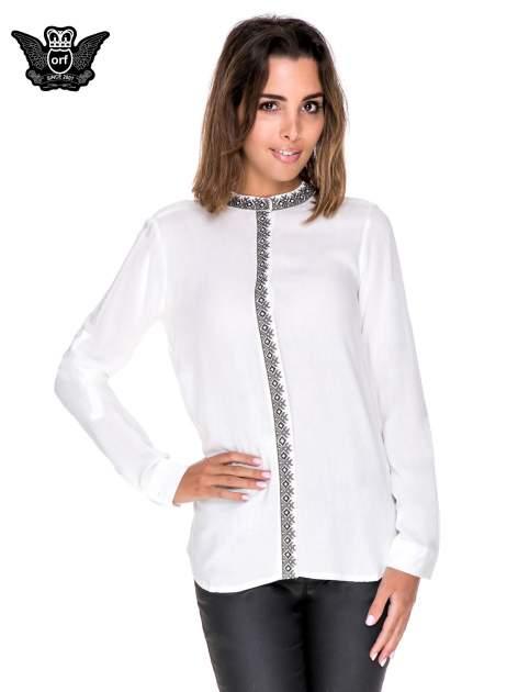 Biała koszula w stylu boho ze wzorzystą listwą i kołnierzykiem                                  zdj.                                  1