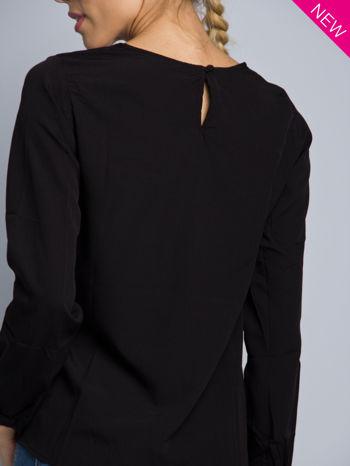 Biała koszula z kontrastowymi rękawami i czarnym pasem z przodu ozdobionym dżetami                                  zdj.                                  6
