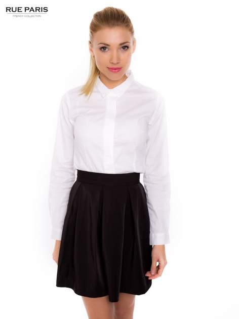 Biała koszula z krytą listwą i guzikami perełkami