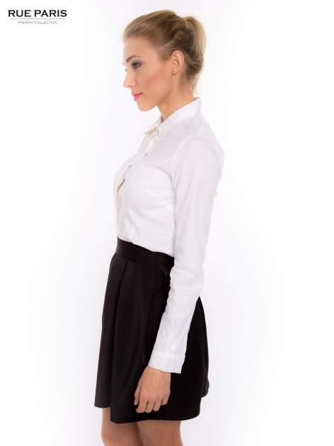 Biała koszula z krytą listwą i guzikami perełkami                                  zdj.                                  3