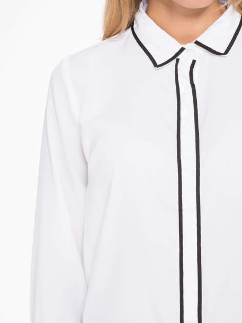Biała koszula z małym kołnierzykiem i kontrastowym obszyciem                                  zdj.                                  6