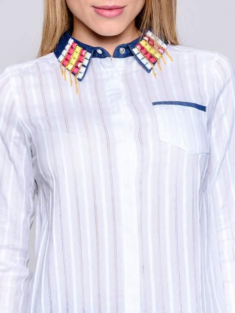 Biała koszula z mankietami i biżuteryjnym kołnierzykiem z denimu                                  zdj.                                  8