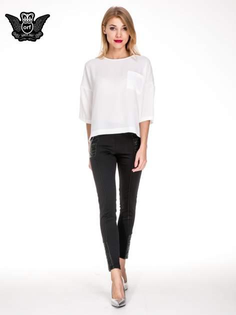 Biała koszula z obniżoną linią ramion i kieszonką                                  zdj.                                  2
