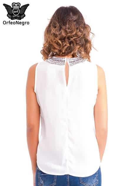 Biała koszula z okrągłym kołnierzykiem zdobionym cekinami i koralikami                                  zdj.                                  4