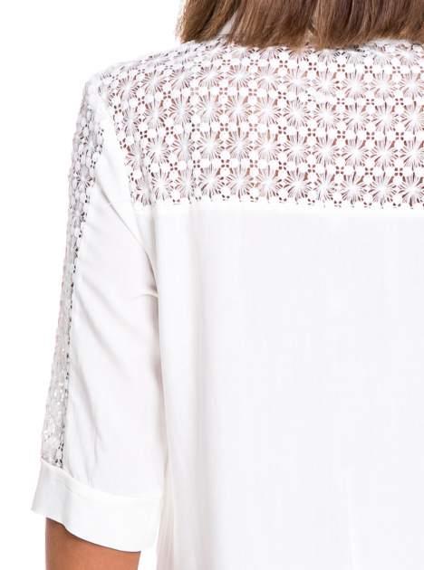 Biała koszula z rękawem do łokcia i koronką                                  zdj.                                  6