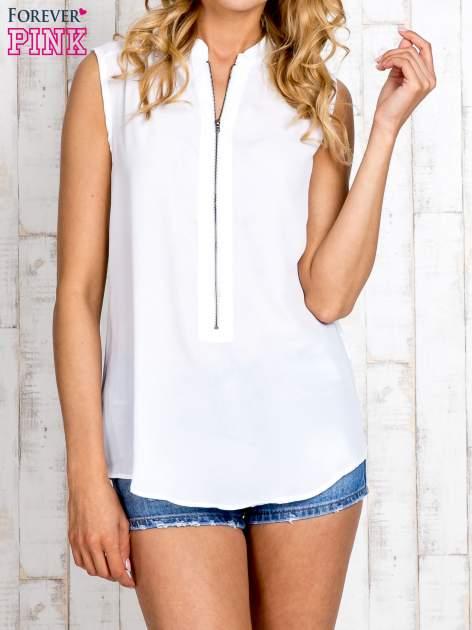 Biała koszula z suwakiem i ażurową aplikacją na plecach                                  zdj.                                  1