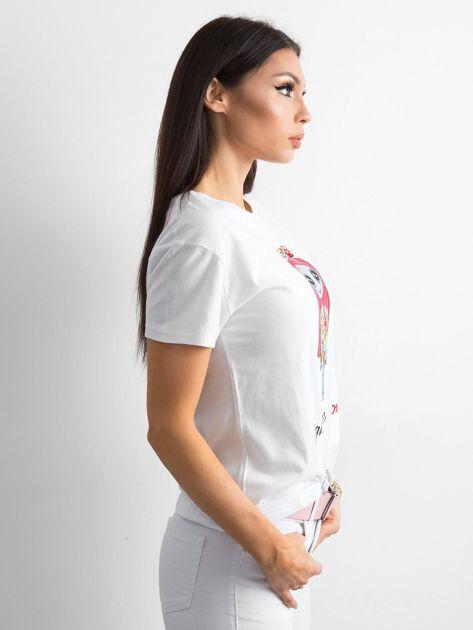 Biała koszulka z kolorowym printem                              zdj.                              3
