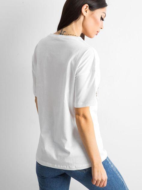 Biała koszulka z nadrukiem i aplikacją                              zdj.                              2