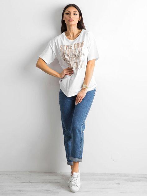 Biała koszulka z nadrukiem i aplikacją                              zdj.                              4