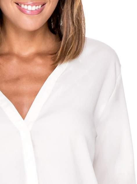 Biała minimalistyczna koszula z trójkątnym dekoltem                                  zdj.                                  9