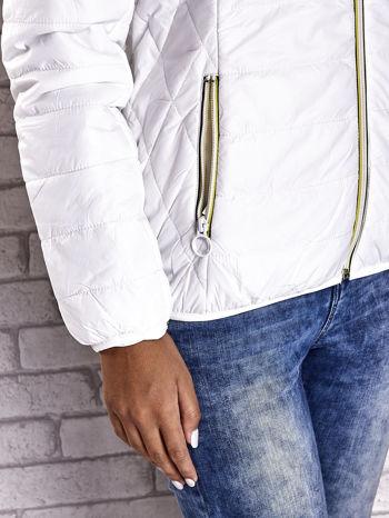 Biała ocieplana kurtka z kontrastowym wykończeniem kaptura                                  zdj.                                  10