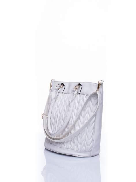 Biała pikowana torba na ramię                                  zdj.                                  4