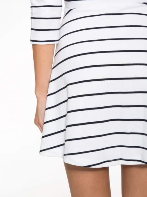 Biała rozkloszowana sukienka w paski                                  zdj.                                  13