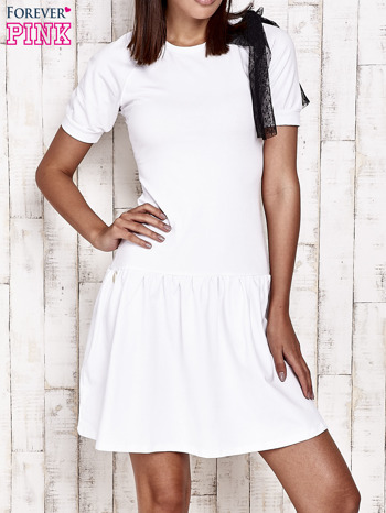 Biała sukienka dresowa z kokardą z tiulu
