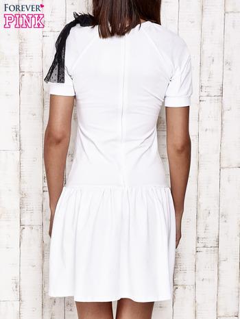 Biała sukienka dresowa z kokardą z tiulu                                  zdj.                                  4