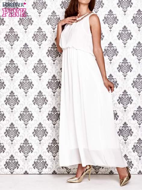 Biała sukienka maxi z łańcuchem przy dekolcie                                  zdj.                                  3