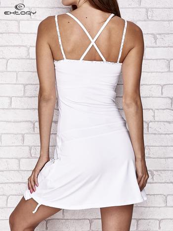 Biała sukienka sportowa z wiązaniem przy dekolcie                                  zdj.                                  2