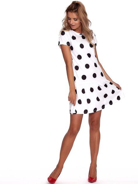 Biała sukienka w grochy z falbaną                              zdj.                              4