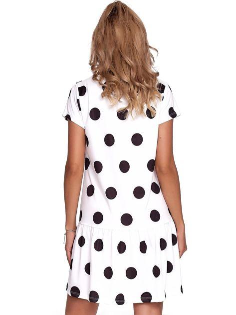 Biała sukienka w grochy z falbaną                              zdj.                              2
