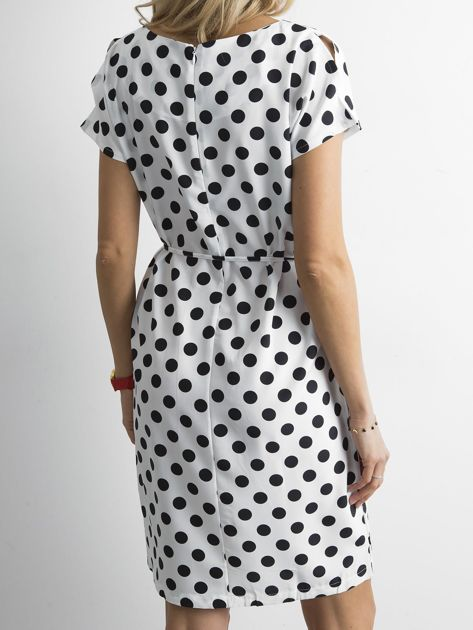 Biała sukienka w grochy z wiązaniem                              zdj.                              2