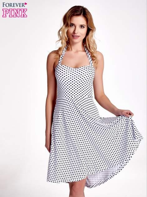 Biała sukienka w groszki z wiązaniem na szyi