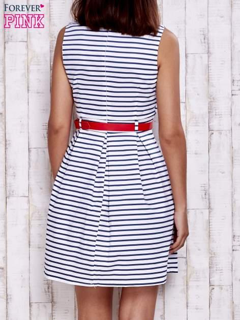 Biała sukienka w marynarskim stylu z paskiem                                  zdj.                                  4