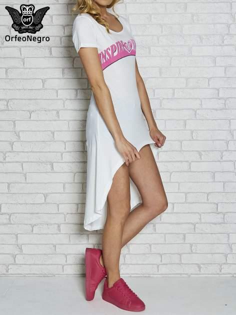 Biała sukienka z dłuższym tyłem i napisem INSPIRE THE WORLD                                  zdj.                                  1