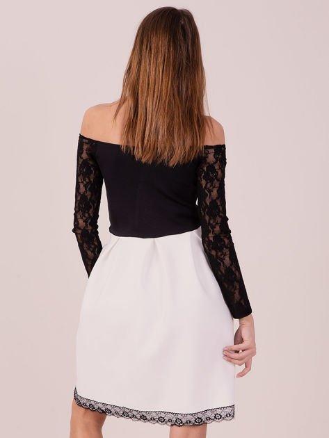 Biała sukienka z koronkowymi rękawami                              zdj.                              3