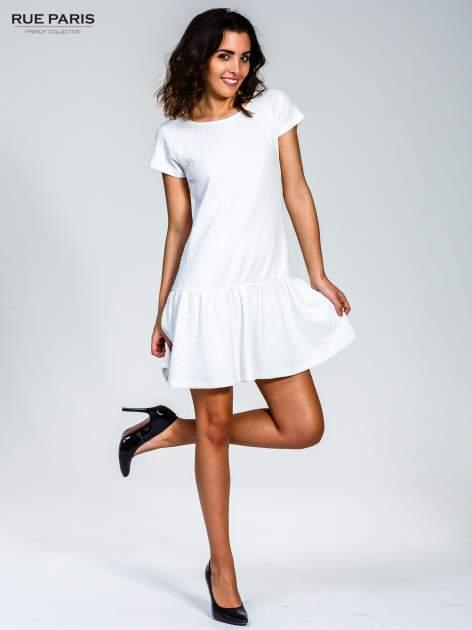 Biała sukienka z obniżoną talią i falbaną na dole                                  zdj.                                  4