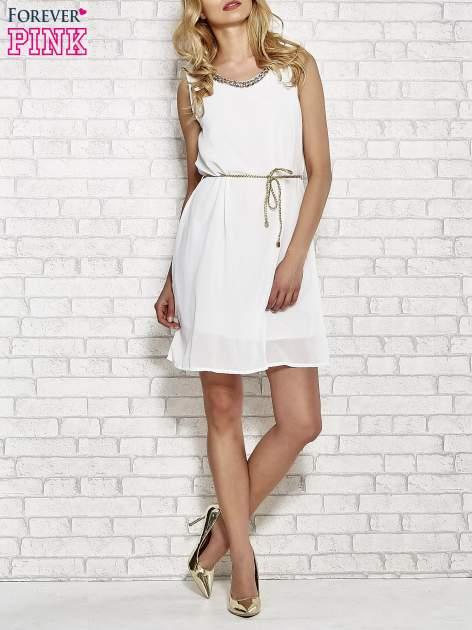 Biała sukienka ze złotym łańcuszkiem przy dekolcie                                  zdj.                                  2