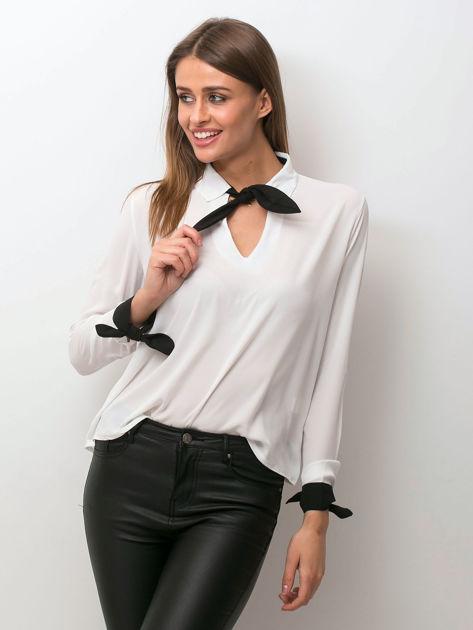 Biała szyfonowa bluzka z kontrastowymi wiązaniami                              zdj.                              1