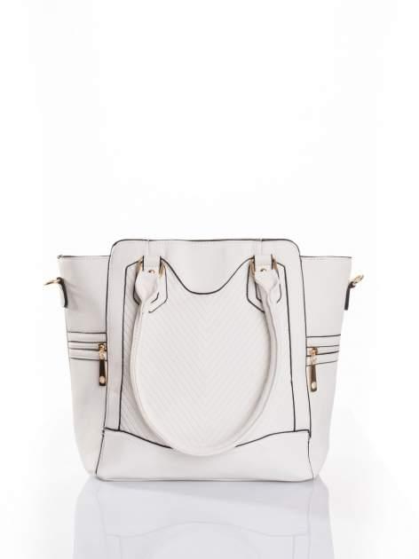 Biała torba ze złotymi wykończeniami