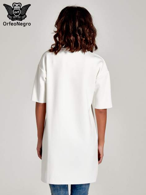 Biała tunika ze złotym printem w stylu sportowym                                  zdj.                                  4