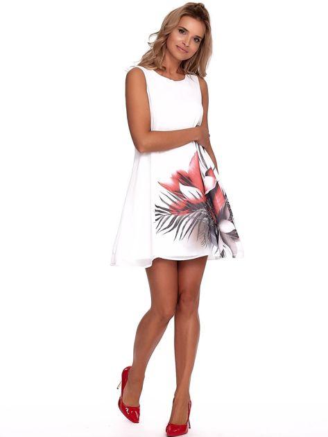 Biała zwiewna sukienka z roślinnym nadrukiem                              zdj.                              4