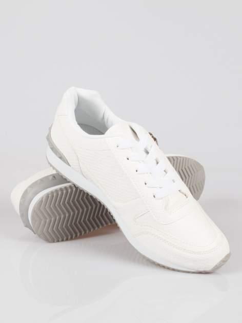 Białe adidasy damskie z efektem skóry krokodyla i suwakiem                                  zdj.                                  4