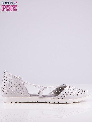 Białe ażurowe sandały wiązane wokół kostki                                   zdj.                                  1