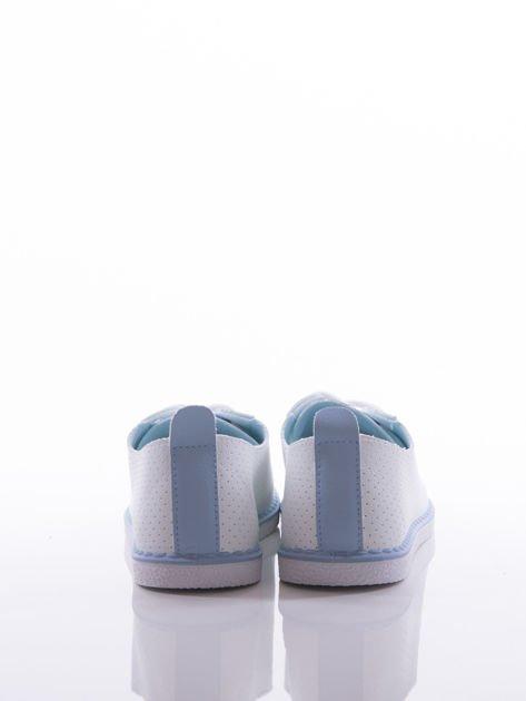 Białe ażurowe trampki z niebieskim szlufkami i lamówką na podeszwie                              zdj.                              3