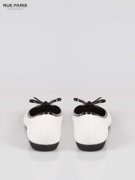 Białe baleriny Whiteness z kokardką na niskim koturnie                                  zdj.                                  3