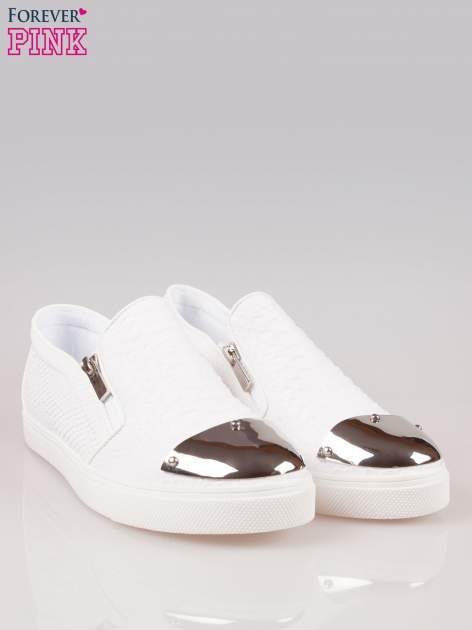 Białe buty slip on Mia z efektem skóry krokodyla i srebrnym czubkiem                                  zdj.                                  2