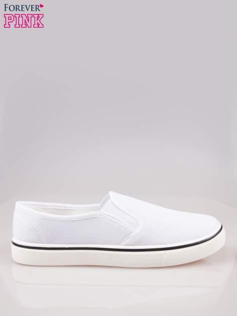 Białe buty slip on na białej podeszwie
