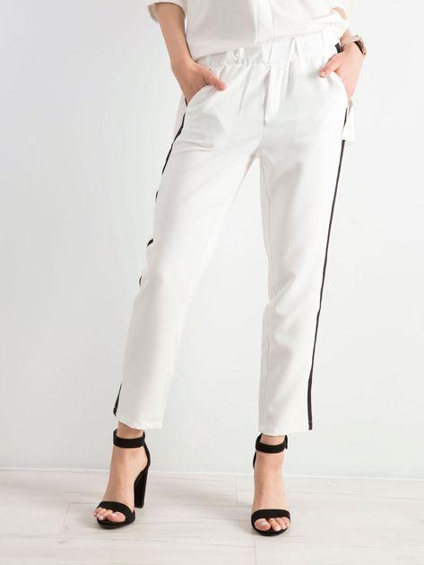 Białe damskie spodnie z lampasami                              zdj.                              1