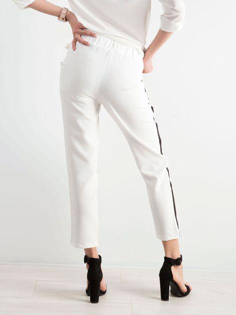 Białe damskie spodnie z lampasami                              zdj.                              2