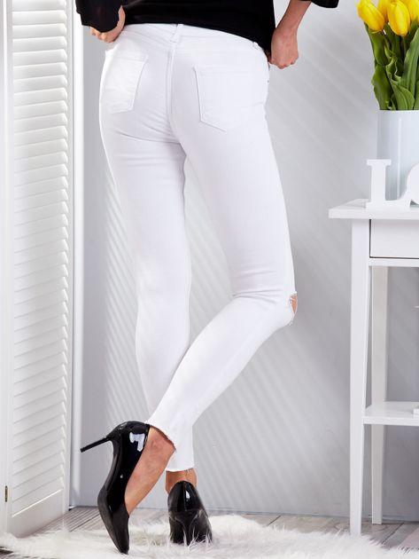 Białe dopasowane spodnie jeansowe z rozdarciami                              zdj.                              2