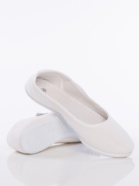 Białe gładkie materiałowe baleriny Mellow na białej podeszwie                                  zdj.                                  4