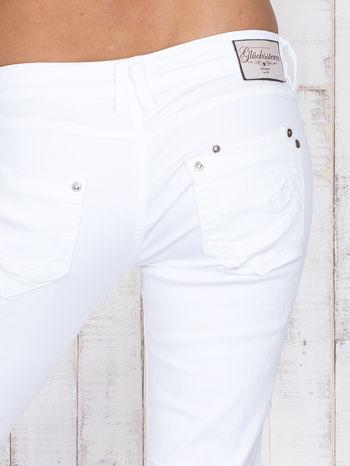 Białe jeansowe spodnie z haftowanymi elementami                                  zdj.                                  5